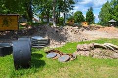 Anneaux en pierre de grand ciment concret de rond pour la construction des puits d'eaux d'égout pendant la construction de la mai photos libres de droits