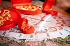 Anneaux et argent dans le mariage thaïlandais Photos libres de droits