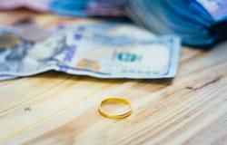 Anneaux et billets de banque d'or du dollar Images stock