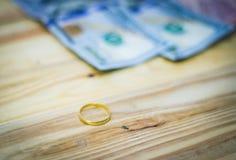 Anneaux et billets de banque d'or du dollar Photos libres de droits