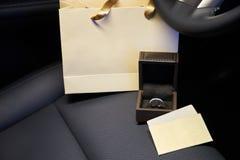 Anneaux et boucles d'oreille de bijoux de diamant dans le salon d'une voiture de luxe Photo stock