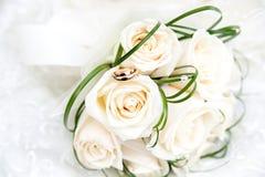 Anneaux et bouquet de mariage Photos stock
