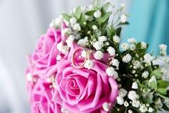 Anneaux et bouquet de mariage Photographie stock