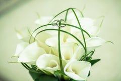 Anneaux et fleurs Photo libre de droits