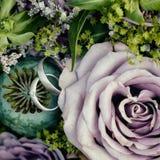 Anneaux et fleurs photos stock