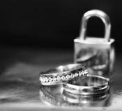 Anneaux et horloge de mariage, amour et heureux Photos libres de droits