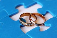 Anneaux et puzzles de mariage Image stock
