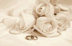 Anneaux et roses de mariage comme fond de mariage Dans la sépia modifiée la tonalité r Photo stock