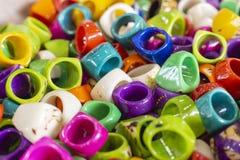 anneaux faits main de diverses couleurs, faits avec les matériaux réutilisés, San Andres Colombia image libre de droits