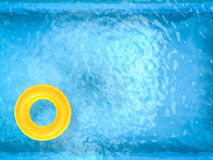 Anneaux jaunes de bain sur la piscine Photos stock