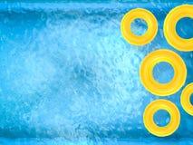 Anneaux jaunes de bain sur la piscine Photos libres de droits