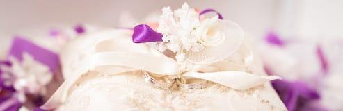 Anneaux les épousant sur un coussin décoratif images libres de droits