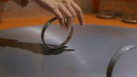 Anneaux mobiles sur la surface de rotation en métal banque de vidéos