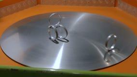 Anneaux mobiles sur la surface de rotation en métal
