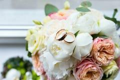 Anneaux nuptiales de bouquet et de mariage Photo stock