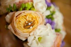 Anneaux nuptiales de bouquet et de mariage Photographie stock libre de droits