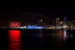 Anneaux olympiques et allumé endroit de Canada, Vancouver, AVANT JÉSUS CHRIST Images libres de droits