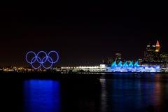 Anneaux olympiques et allumé endroit de Canada, Vancouver, AVANT JÉSUS CHRIST Image libre de droits