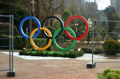 Anneaux olympiques sur la place Photo stock
