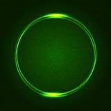 Anneaux rougeoyants verts sur le résumé pointillé par obscurité Images libres de droits