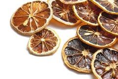 Anneaux secs de citron d'isolement sur le blanc photos stock