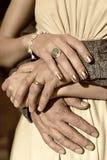 Anneaux sur des doigts : Homme et femme Image libre de droits