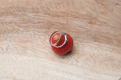 anneaux sur la fraise Photos stock