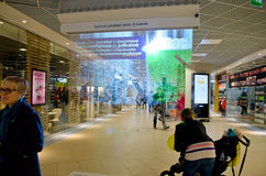 Annebbi l'esposizione (schermo) in un centro commerciale finlandese Immagine Stock