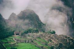 Annebbi la copertura le montagne dietro le rovine antiche di Machu Picchu peru Nessuna gente Immagine Stock