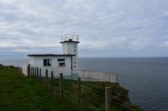 Annebbi la stazione di Horn e la stazione della guardia costiera sulla scogliera in Inghilterra fotografia stock