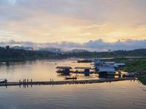 Annebbi, luce di mattina una vista dal ponte il Sagklaburi, Ka Fotografia Stock