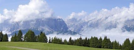 Annebbi nella valle di Sextener e nelle alpi nuvolose Fotografia Stock Libera da Diritti