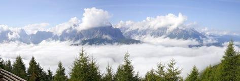 Annebbi nella valle di Sextener e nelle dolomia nuvolose Fotografia Stock Libera da Diritti