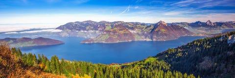 Annebbi Rigi circondante, più lordo e Kleiner Mythen, il lago Lucerna in Svizzera centrale Immagine Stock