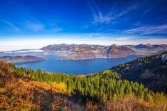 Annebbi Rigi circondante, più lordo e Kleiner Mythen, il lago Lucerna in Svizzera centrale Fotografie Stock
