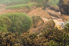Annebbi sopra il fiume, Vietnam, Dalat fotografie stock