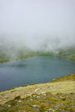 Annebbi sopra il lago eye, i sette laghi Rila Fotografie Stock Libere da Diritti