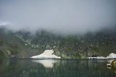 Annebbi sopra il lago eye, i sette laghi Rila Fotografie Stock