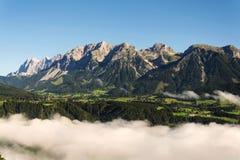 Annebbi in valle sopra Schladming, le montagne di Dachstein, le alpi, Austria Fotografia Stock