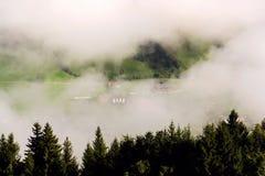 Annebbi in valle sopra Schladming, le montagne di Dachstein, le alpi, Austria Fotografie Stock
