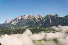 Annebbi in valle sopra Schladming, le montagne di Dachstein, le alpi, Austria Immagini Stock Libere da Diritti