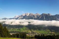 Annebbi in valle sopra Schladming, le montagne di Dachstein, le alpi, Austria Immagine Stock