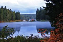 Annebbiamento del lago Fotografie Stock