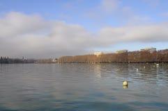 Annec湖在早晨,法国 免版税库存图片