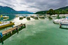 Annecy湖和山在冬天 库存图片