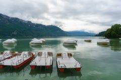 Annecy湖和山在冬天 图库摄影