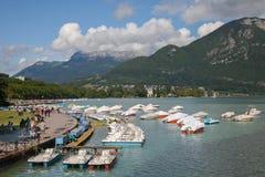 Annecy湖在与步行方式的拿破仑三世码头 图库摄影