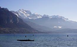 ANNECY, ΓΑΛΛΙΑ: Στις 25 Δεκεμβρίου 2011: Λίμνη και βουνά ο του Annecy Στοκ Φωτογραφία