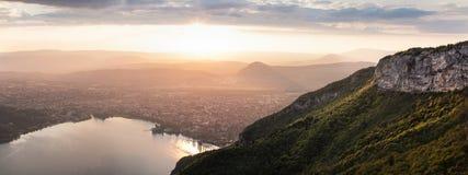 Annecy durante il tramonto sopra il lago fotografia stock libera da diritti