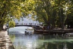 annecy france Bron av förälskelse som lokaliseras på kanten av sjön Annecy på munnen av den Vasse kanalen Arkivfoton